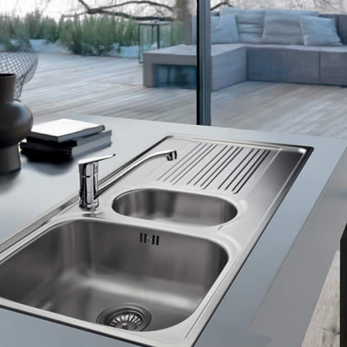 Galileo features an overflow and 90mm basket strainer waste fittings