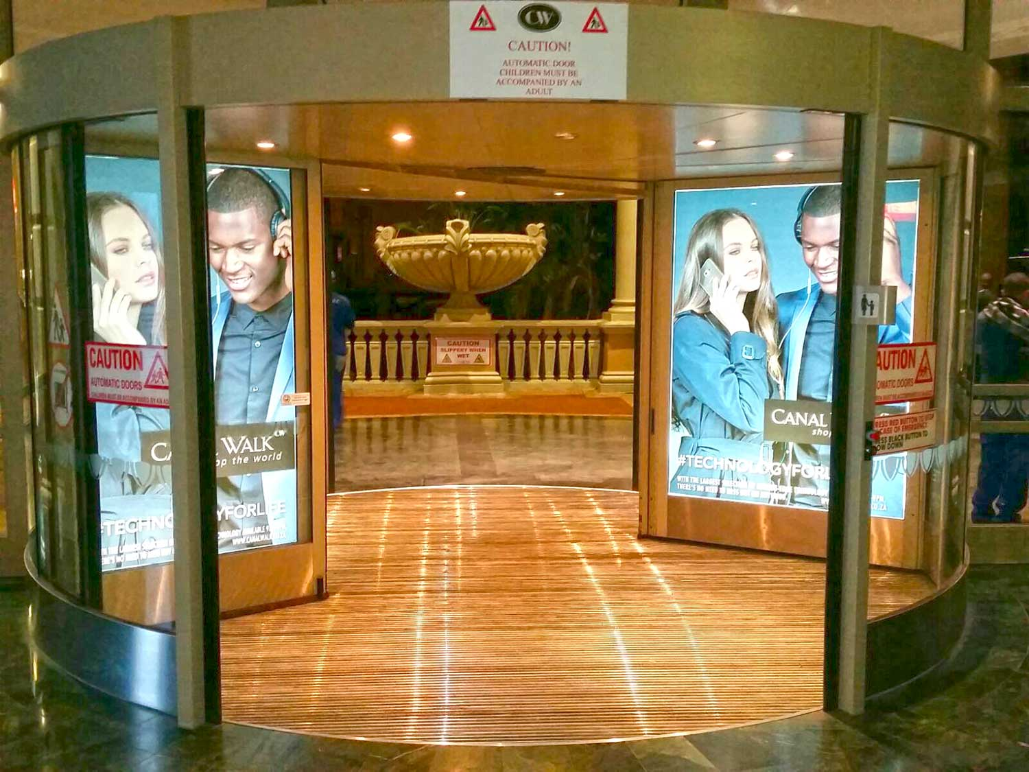 Preserve the wear cycle of shopping mall floors with suitable entrance mats